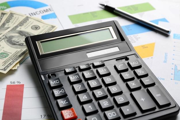 Concetto di imposta. calcolatrice e soldi sul tavolo