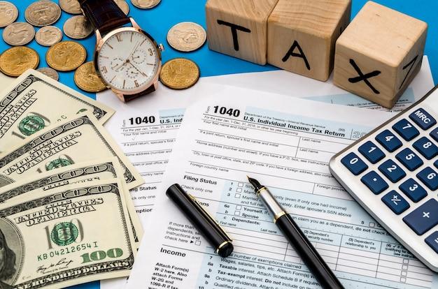 Modulo fiscale 1040 con imposta sul reddito in contanti