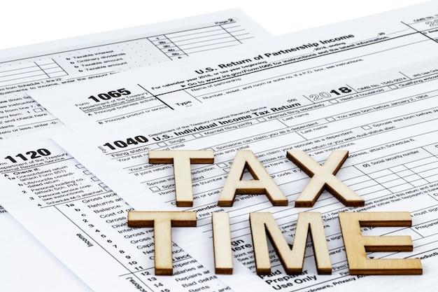 I moduli fiscali 1040.1120.1065. concetto di giorno fiscale.