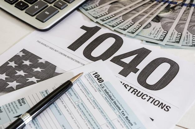 Moduli fiscali 1040 e calcolatrice con dollari