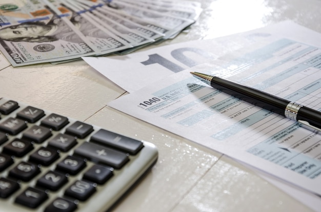 Moduli fiscali 1040 e denaro documento finanziario