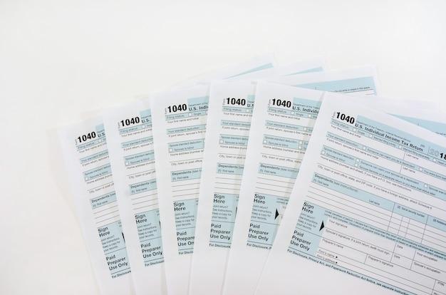 Moduli fiscali 1040 sul concetto finanziario bianco