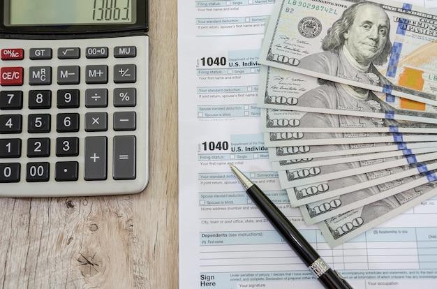 Moduli fiscali 1040 con dollari e calcolatrice