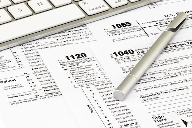 I moduli fiscali con i soldi e la penna. concetto di giorno fiscale.