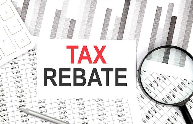 Testo di sconto fiscale su carta con calcolatrice, penna su sfondo grafico