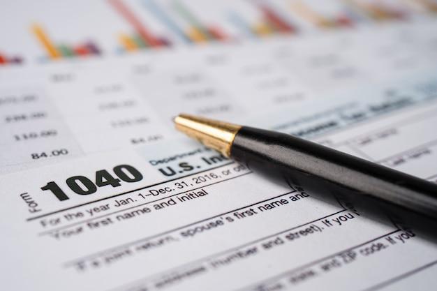 Modulo di dichiarazione dei redditi 1040 e banconota in dollari, reddito individuale statunitense.