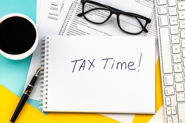 Tempo fiscale - notifica della necessità di presentare dichiarazioni dei redditi, modulo fiscale sul posto di lavoro convenuto.