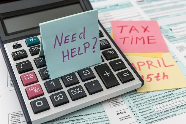Tempo fiscale su adesivo con calcolatrice sul modulo fiscale tax