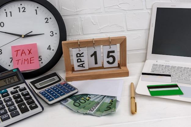 Concetto di tassazione con euro, orologio e laptop