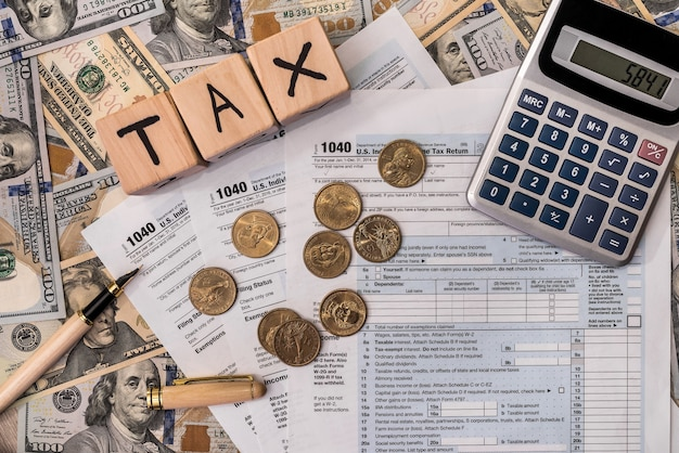 Concetto di tassazione con mattoni di legno e moneta da un dollaro