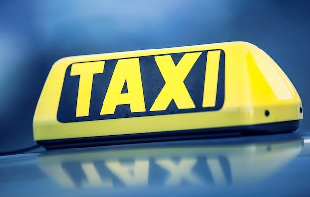 Taxi in attesa dei passeggeri in città. luce taxi sulla cabina dell'auto pronta a trasportare i passeggeri