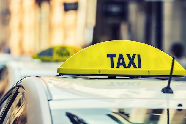 Luce taxi sulla cabina dell'auto pronta a trasportare i passeggeri