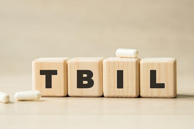 Tbil. la parola scritta su cubi, pillole. concetto medico