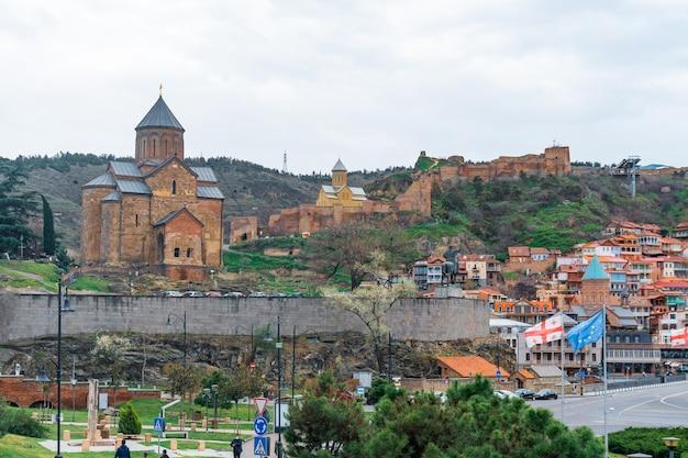 Tbilisi, georgia - 06 aprile 2021: vista sulla chiesa di metekhi, travel