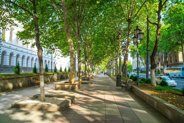 Tbilisi, georgia - 30.08.2018: strada pedonale a rustaveli avenue, viale principale della capitale. viaggio.