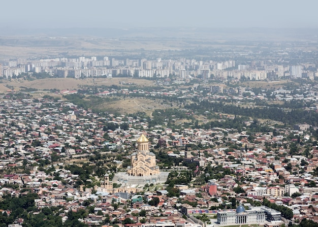 Tbilisi, georgia, 18 luglio 2017: l'orizzonte aereo con la cattedrale della santissima trinità di tbilisi comunemente noto come sameba è la cattedrale principale della chiesa ortodossa georgiana situata a tbilisi.
