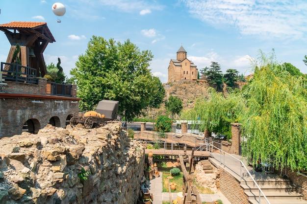 Tbilisi, goergia - 21 jule, 2021: vecchia chiesa ortodossa della chiesa di metekhi a tbilisi. viaggio