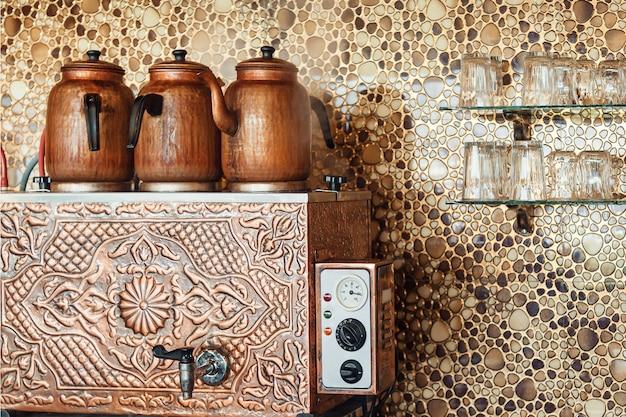 Preparazione del tè in legno fire.turkey. apparecchiature per il riscaldamento dell'acqua in turchia