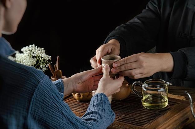 La cerimonia del tè aiuta uomini e donne a versare il tè