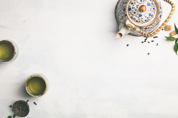 Composizione del tè su grigio, piatto disteso