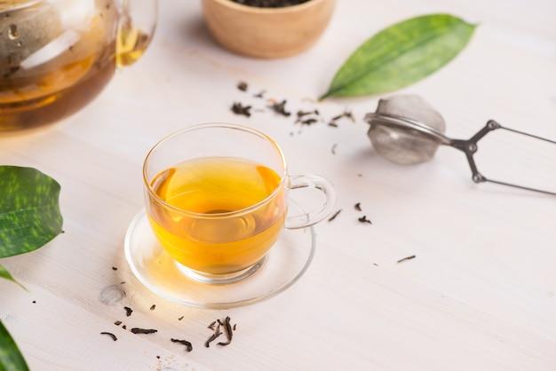 Concetto di tè. tazza di tè in vetro su fondo in legno