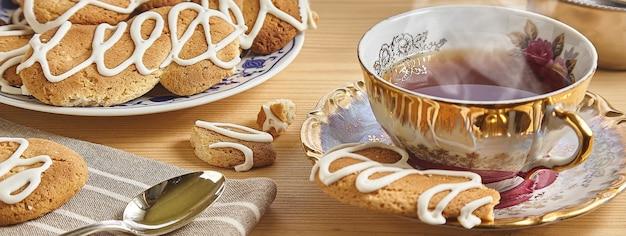 Tè e biscotti, immagine banner con spazio di copia