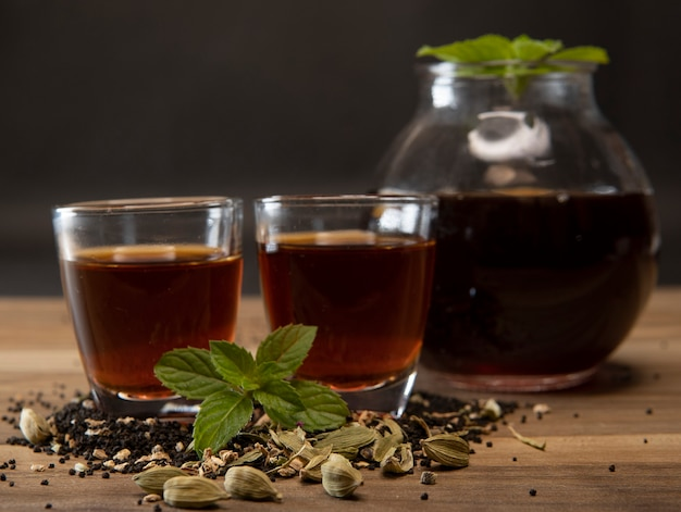 Foto creativa del tè con tazza e teiera