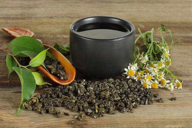 Tazza da tè, foglia verde e camomilla