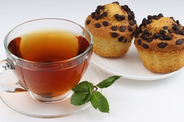 Tè e cupcakes su un bianco