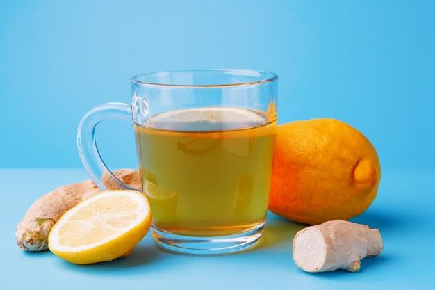 Tè, limone e zenzero su un blu