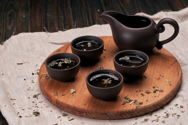 Servizio da tè su tavola da cucina in legno