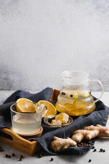 Tè in teiera con radici di zenzero e fettine di limone