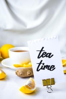 Tea time - scritto su un pezzo di carta tra i prodotti per la cura del raffreddore comune - limone, zenzero, camomilla. bevanda vitaminica naturale. anice stellato alla cannella.