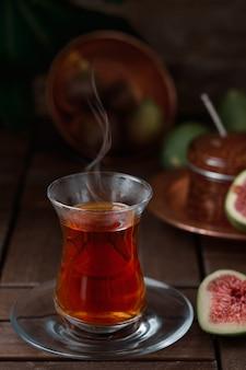 Tè in un tradizionale bicchiere armudu