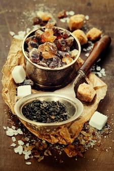 Tè e vari tipi di zucchero