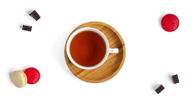 Tè in tazza bianca e dolci
