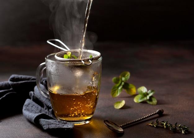 Bevanda invernale del tè sul panno