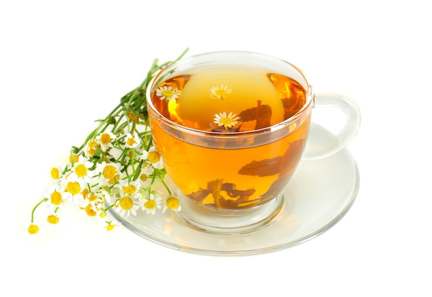 Tè con camomilla su sfondo bianco