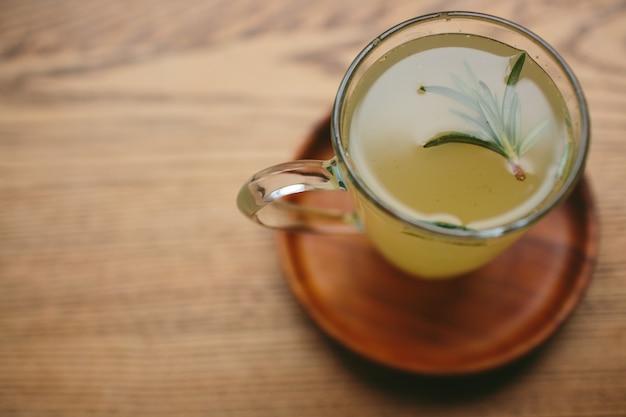 Tè allo zenzero. tazza con una bevanda calda su un tavolo di legno, vista dall'alto.