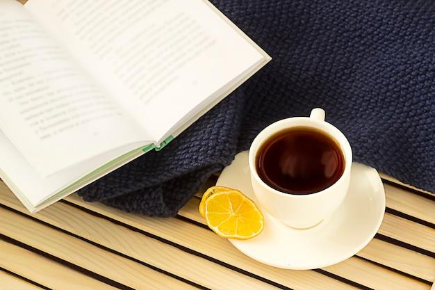 Tè al limone una coperta e un libro