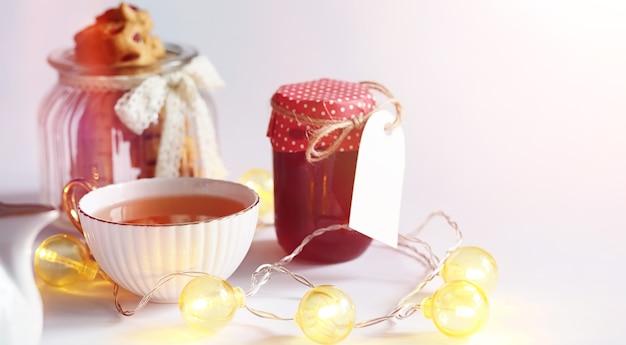 Tè con pasticcini a colazione. dolci e pasticcini con noci per il tè su sfondo bianco. una tazza di caffè e polpette.