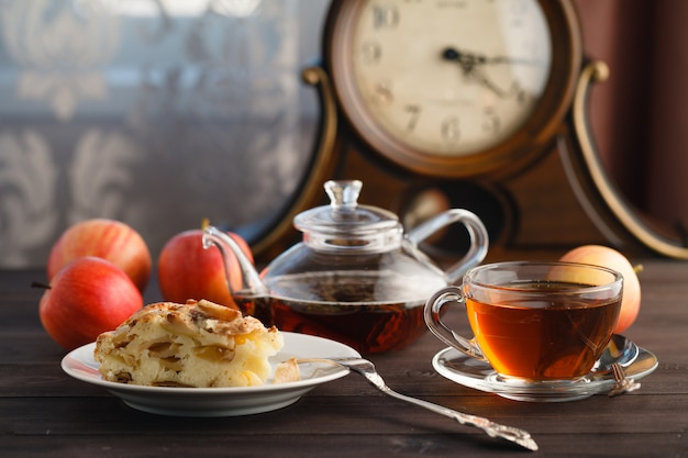 Tè con pezzetti di mela