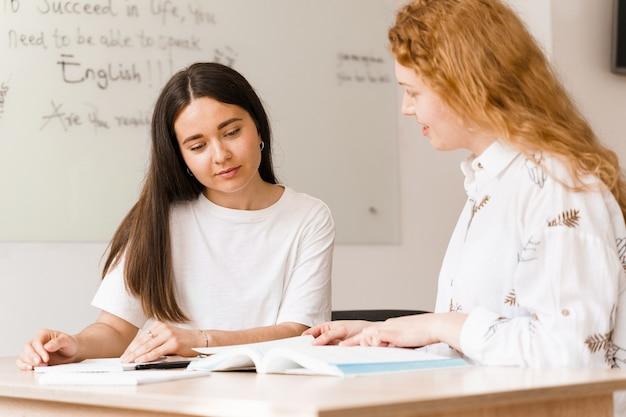 L'insegnante di inglese chiede allo studente in classe bianca