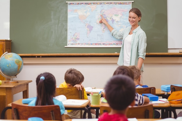 Insegnante che dà una lezione di geografia in classe