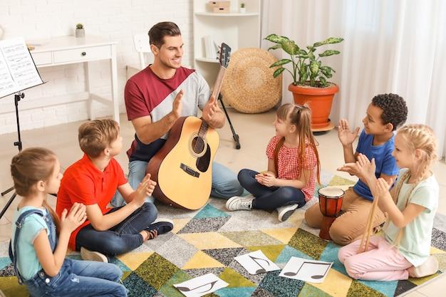 Insegnante che dà lezioni di musica a scuola