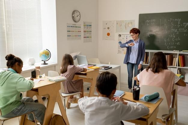 Insegnante che concede agli alunni un po' di tempo per il lavoro individuale