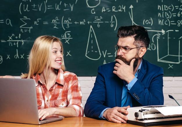 Insegnante che aiuta il giovane studente con la lezione. concetto di persone di istruzione e apprendimento - studentessa