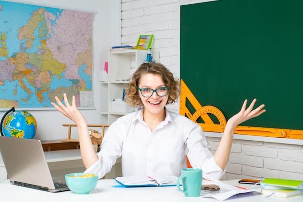Insegnante leader all'università o al college. studente che studia in aula. hipster insegnante moderno che insegna a scuola.
