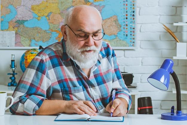 Insegnante vicino all'insegnante della scuola di istruzione universitaria del college della lavagna chalk
