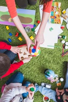 Insegnante che gioca con i bambini
